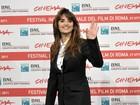 Penélope Cruz usa look masculino em coletiva de imprensa de filme