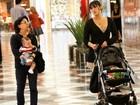 Daniele Suzuki passeia com o filho e a mãe