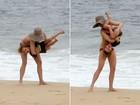 Fernanda Torres brinca com o filho em praia do Rio