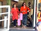 Carolina Ferraz faz compras em shopping do Rio