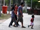 Drica Moraes passeia com o filho e o namorado no Rio