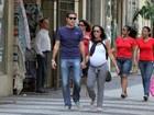 Ricardo Pereira passeia no Rio com a mulher, grávida de oito meses
