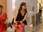 Filha de Fernanda Rodrigues anda de carrinho em passeio com a mãe