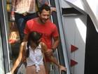 Malvino Salvador e Sophie Charlotte passeiam em shopping