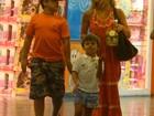 Carolina Dieckmann vai a shopping com os filhos