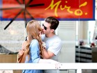 Marina Ruy Barbosa e Klebber Toledo se beijam em aeroporto do Rio