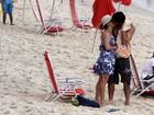 Cissa Guimarães vai com o namorado a praia