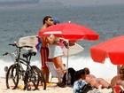 Luana Piovani vai a praia e exibe barriguinha de grávida
