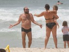 Otávio Muller vai a praia com a família