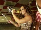 De vestido curto, Viviane Araújo toca tamborim em ensaio