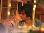 Fiuk troca beijos com a namorada durante jantar
