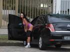 Solange Gomes troca de roupa no meio da rua