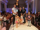Carlos Casagrande e Tania Khalill participam de desfile infantil