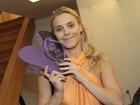 Carolina Dieckmann canta Roberto Carlos e ganha par de sandália