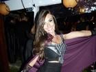 Nicole Bahls vai a festa e posa para foto cercada de fortões