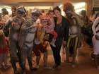 Samara Felippo e Fernanda Tavares levam filhos ao teatro
