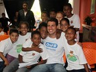 Cauã Reymond faz a alegria da criançada em visita social