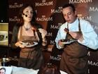Carolina Ferraz quebra a dieta e come sorvete com bolo em São Paulo