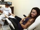 Viviane Araújo passa tarde em salão de beleza no Rio