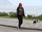 Com visual roqueiro, Ellen Jabour se exercita em praia carioca