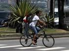 Marcos Palmeira pedala na orla de Ipanema