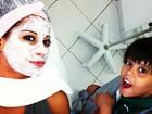 Em dia de beleza, Mayra Cardi assusta o filho com máscara no rosto