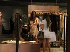 Nicole Bahls circula com amiga com saia tão curta quanto a dela