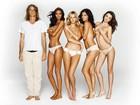 Modelos posam só de calcinha nos bastidores da Victoria's Secret