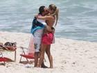 Antes de seu retorno aos palcos, Luciano vai à praia com a família