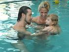 Adriane Galisteu curte piscina com filho e marido no Uruguai