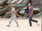 José Mayer e Malvino Salvador gravam 'Fina Estampa' em praia
