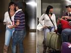 Com bota de oncinha e calça justa, Gretchen chega ao Brasil para show
