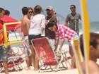 Depois do show, Luciano curte praia com a mulher e amigos