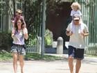 Thiago Lacerda passa a manhã na pracinha com os filhos