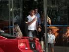 Adriano almoça com os filhos e a ex-mulher em São Paulo