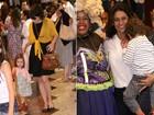 Débora Falabella, Dira Paes e Glória Maria vão ao teatro com os filhos