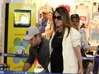 Wanessa circula em aeroporto do Rio com o marido
