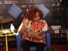 Alcione encarna Dona Benta e conta histórias para as crianças