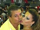 David Brazil tasca beijinho em Viviane Araújo e posta foto no Twitter