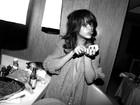 Rihanna aparece provocante em fotos dos bastidores de turnê
