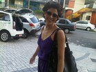 De bóbis, Carol Castro anda pelas ruas de Belém a caminho de gravação