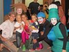 Fernanda Lima vai com os filhos ao teatro