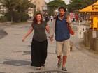 Prestes a dar à luz, Carolinie Figueiredo passeia com o namorado