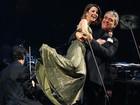 Sandy ganha chega mais carinhoso de Andréa Bocelli em show