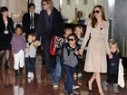 Angelina Jolie e Brad Pitt viajam com os filhos para o Japo