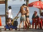 Mariah Rocha namora o marido em passeio com o filho na orla