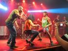 Ex-BBB Diogo dança, canta e rebola com transexual na Bahia