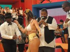 Coelhinha da 'Playboy' leva 'checada' de sambistas em programa de TV