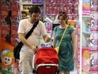 Netinha de Marília Gabriela passeia com os pais no Rio