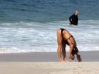 Cynthia Howlett mostra barriguinha em passeio na praia